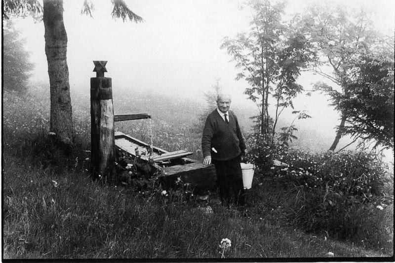 Heidegger sacando agua del pozo en la Selva Negra